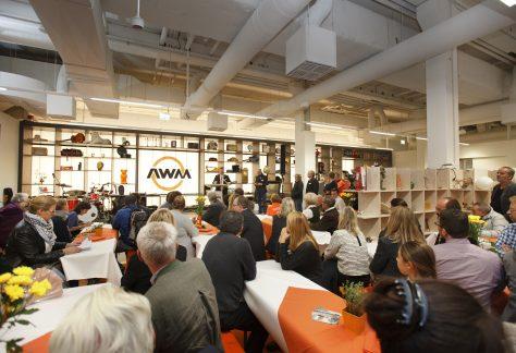 Menschen bei einer Veranstaltung in der Halle 2 der Abfallwirtschaftsbetriebe München